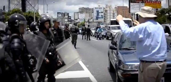 Abuelo defiende su derecho a la protesta |Captura de video