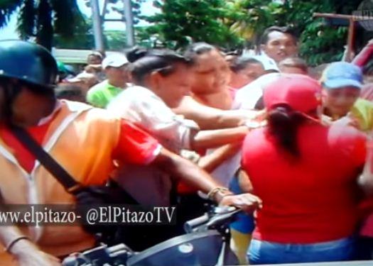 Chavistas el 1-S se pelearon por una botella de Ron |Captura de video