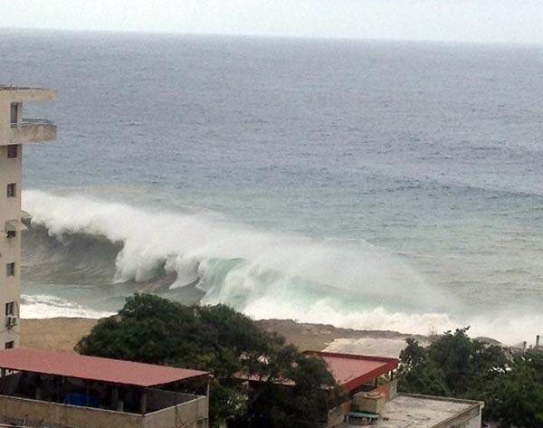 Costas de Vargas tuvieron fuerte oleaje por el paso del huracán Mattehw Foto Twitter