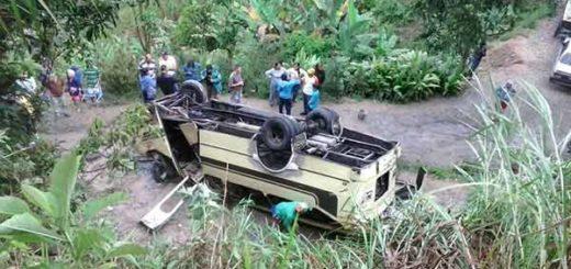 Autobús volcado en el sector de Mataruca, Los Teques | Foto: Vía Twitter