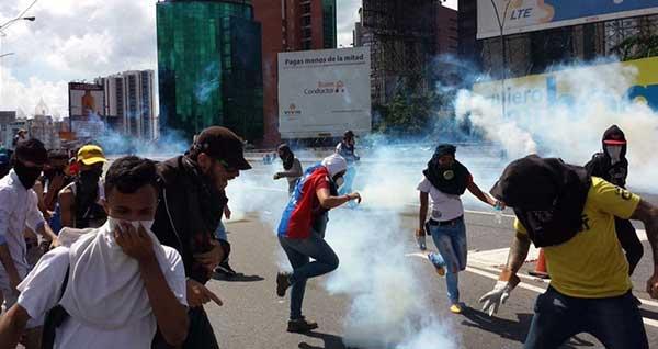 GNB reprime a manifestantes en la Francisco Fajardo | Foto: Twitter