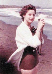 Marita, de joven, en una playa cubana. | Foto: Micke Sébastien, Paris Match y Ediciones Península.