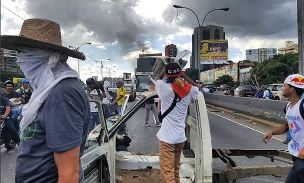 Manifestantes protestan en la Francisco Fajardo y aseguran que la salida es en la calle |Foto: El Impulso