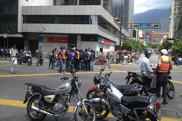 Motorizados cerraron la Av. Miranda en Caracas  Foto: @Solanojuanc