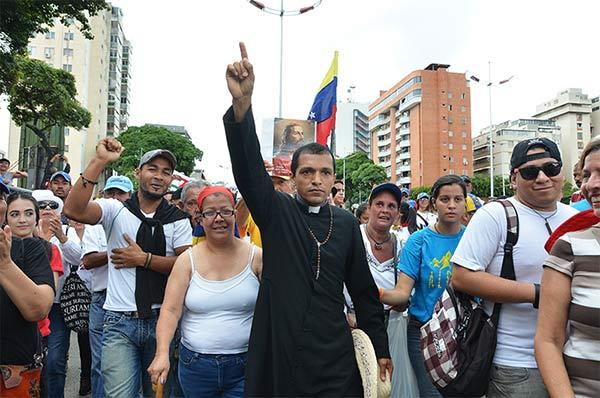El Padre Lenín Bastidas en La Toma de Caracas |Foto: Sumarium