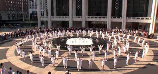 "Tributo ""Table of silence"" | Foto: Captura de video"
