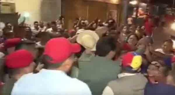 Video editado de cacerolazo en Villa Rosa