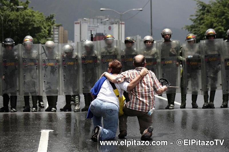 Abuelos frente a la Guardia Nacional bolivariana / foto: @ElPitazoTV