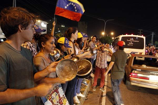 Con ollas y cacerolas el pueblo protesta |Foto acn. com
