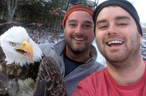 Los hermanos Fletcher se fotografiaron con el águila calva que rescataron | Foto cortesía