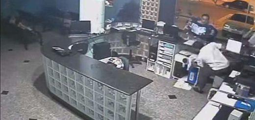 bebé atrapado por el recepcionista |Foto: captura de video