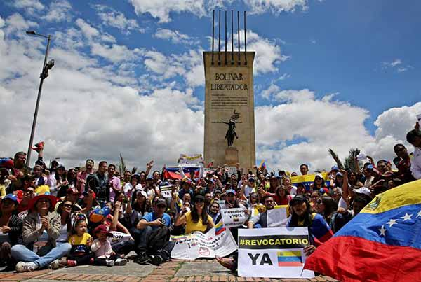 Venezolanos en Colombia protestaron hoy para exigir el referendo revocatorio contra Nicolás Maduro   foto: EFE