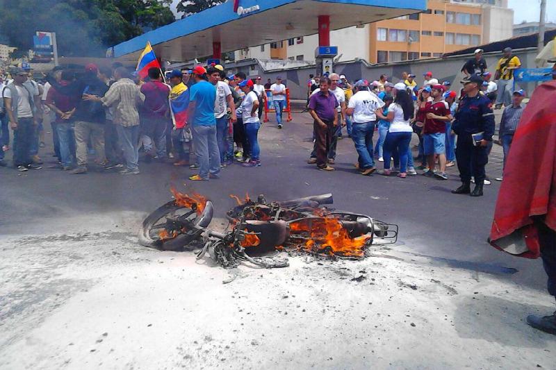 """En San Cristóbal le queman moto a """"supuesto"""" colectivo infiltrado / foto: @TachiraReporta"""