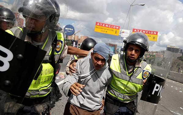 Joven detenido en manifestación tras Toma de Caracas | Foto: EFE