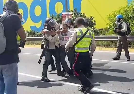 Minifestante detenido por la PNB   Foto: captura de video