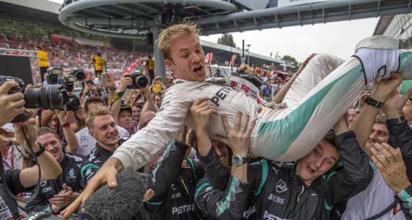 Nico Rosberh es levantado en hombro por miembros de su equipo luego de la victoria en el Gran Premio de Italia de Fórmula Uno|Foto: EFE