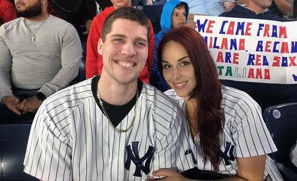 Andrew Fox y su novia Heather Terwilliger sonríen en el graderío del Yankee Stadium   Foto: AP