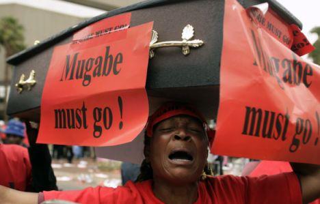 Protesta en Zimbabwe, 2008 | Foto: REUTERS/Siphiwe Sibeko
