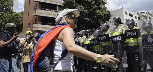 Mujer le habla a efectivos policiales en Chacaito |Foto: captura de video