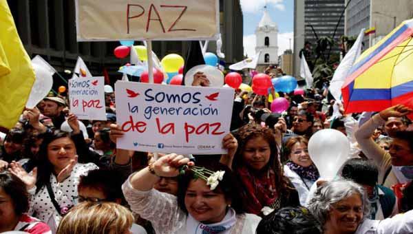 Colombianos se concentran en diversos puntos del país para ver la firma del acuerdo y celebrar la paz. | Foto: Reuters