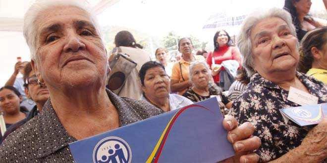 Pensionados del IVSS exigen el pago del bono de alimentación   Foto referencia