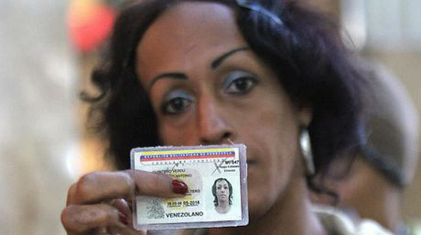 Mujer transexual con su cédula de identidad| Foto: Omar Véliz