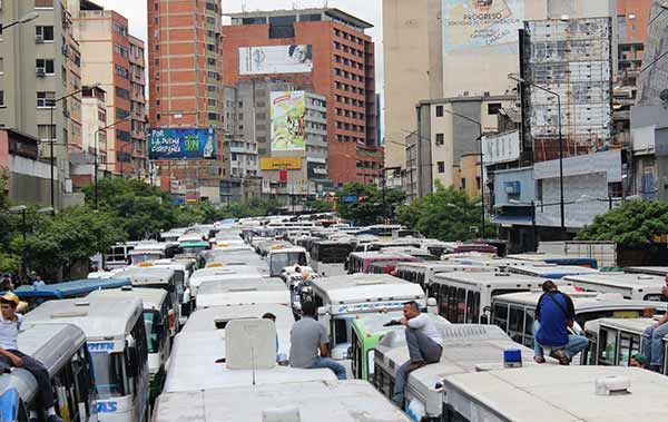 Transportistas protestan este lunes en Caracas para exigir aumento del pasaje | Foto vía Twitter