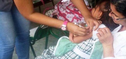 Niña siendo vacunada contra la difteria | Foto: elcorreodelorinoco