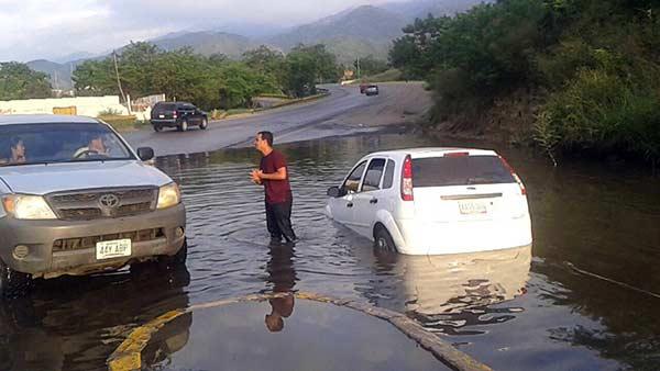 Robaron a quienes se quedaron varados en una laguna de autopista Guarenas-Caracas   Foto: @elsabonin