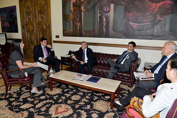 Luis Almagro en reunión con delegación de El Nuevo País y Zeta | Foto: @Almagro_OEA2015