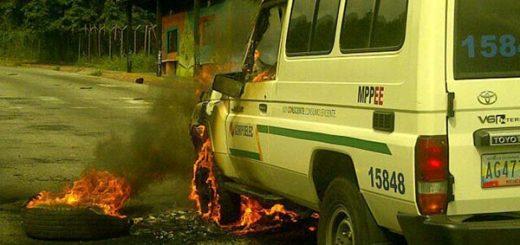 Presuntos encapuchados queman vehículo de Corpoelec en Mérida |Foto: @Leoperidista