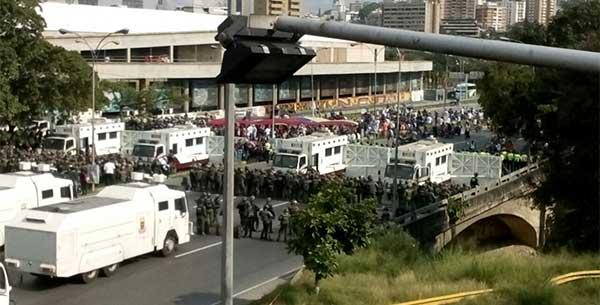 Piquetes en Plaza Venezuela | Foto: @danielgcolina