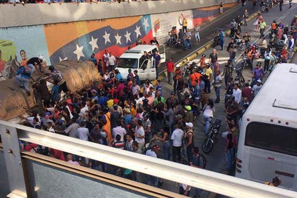 Camión que transportaba azúcar fue saqueado en La Hoyada |Foto: Twitter