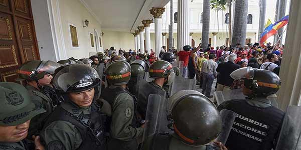 ataque-de-colectivos-chavistas-en-la-asamblea-nacional-23oct-afp-14