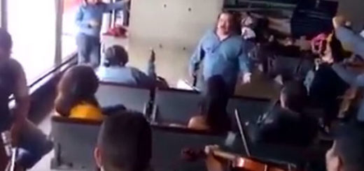 Betulio Medina cantando La Moza en pleno aeropuerto | Foto: Captura de video