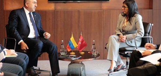 Canciller Delcy Rodríguez junto a canciller de Turquía | Foto: prensa presidencial