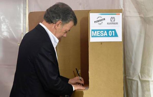 Presidente colombiano votando en el plebiscito | Foto: Agencias
