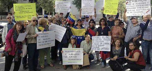 Jubilados y pensionistas venezolanos durante uno de sus paros en las instancias venezolanas en Madrid | Foto: E.M.
