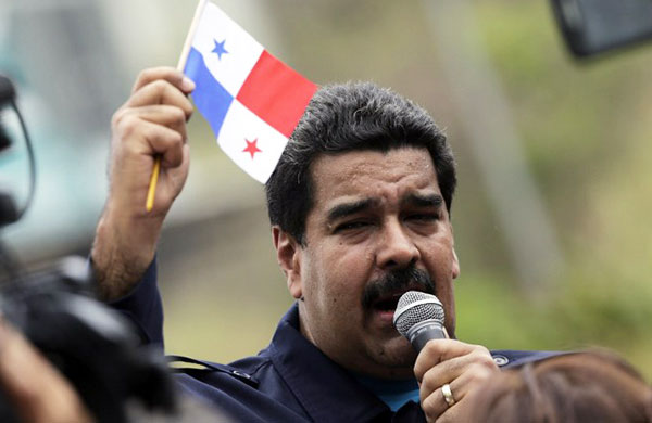 Nicolás Maduro con la bandera de Panamá (04/10/15)   Foto: AFP