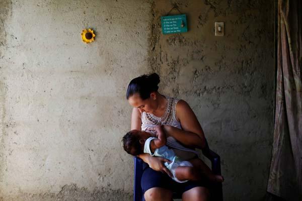 Emileidy Ojeda, de 26, amamanta a su hijo de cuatro meses, David, en su casa en San Francisco de Yare, Venezuela. PHOTO: CARLOS GARCIA RAWLINS/REUTERS