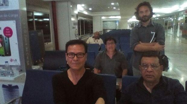 Los peruanos Ricardo Burgos, Leónidas Chávez, Armando Muñoz y el argentino Rodrigo Abd (de pie) permanecen en el aeropuerto de la capital de Venezuela. | Foto: Twitter