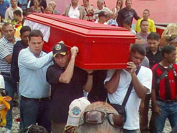 Capriles y el diputado Juan Carlos Calderas llevan el féretro junto a familiares y amigos   Foto: Cortesía