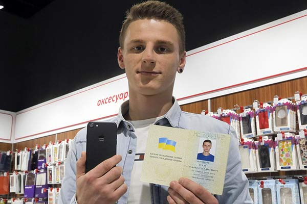 Joven ucraniano se cambia el nombre a iPhone 7