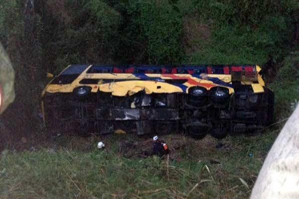 Unidad de Expresos los Llanos se volcó dejando a 40 personas heridas |Foto Twitter