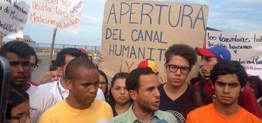 Estudiantes exigieron apertura del canal humanitario desde el puerto de La Guaira |  Foto: @HaslerIglesias