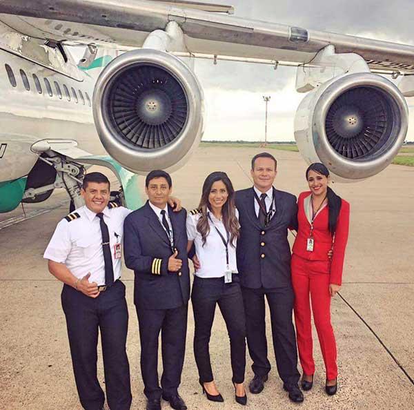 Solo dos miembros de la tripulación boliviana que iba en el avión donde se trasladaba el Chapecoense, sobrevivieron, Ximena Suarez, la azafata (de rojo) y un mecánico. | Foto: @KathyRabczuk