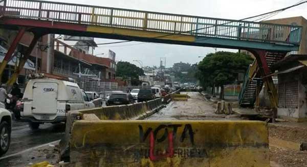 Av. Pedro Russo Ferrer a la altura de la pasarela de El Tambor en los Teques, estado Miranda | Foto: Twitter