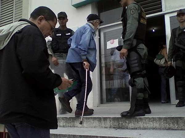 Enrique Mir durante la recolección del 1% de firmas | Foto: @sergiojosenr
