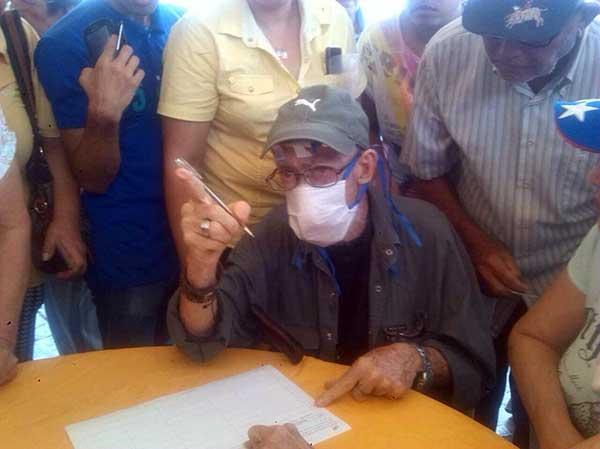 Enrique Mir, espantando su firma para activar el revocatorio contra Maduro | Foto: @sergiojosenr