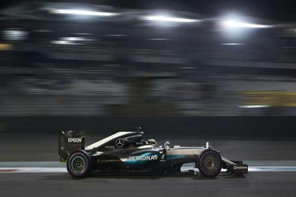 Lewis Hamilton alcanzó el puesto número 1 en la  Abu Dhabi con su Mercedes |Foto: Marca.com